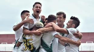 Banfield festeja el gol de Carranza