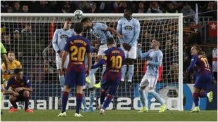Leo Messi anotando uno de sus goles de libre directo.