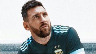 Messi posa con la nueva camiseta de Argentina.