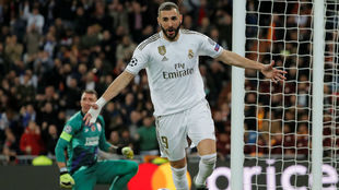Benzema festeja un gol con el Real Madrid.