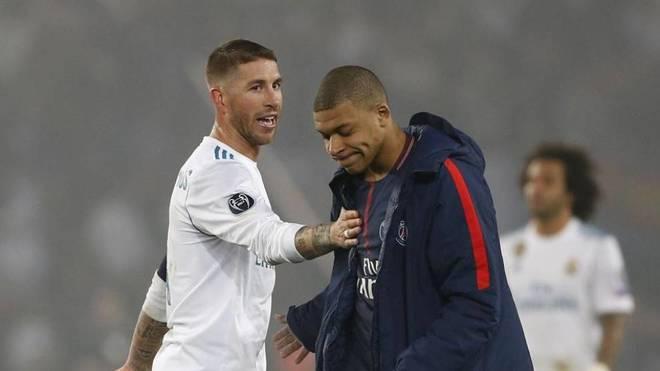 Sergio Ramos saluda a Mbappé durante un Real Madrid-PSG.