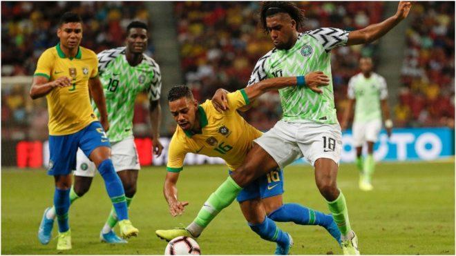 Lodi disputa una pelota con el nigeriano Iwobi.