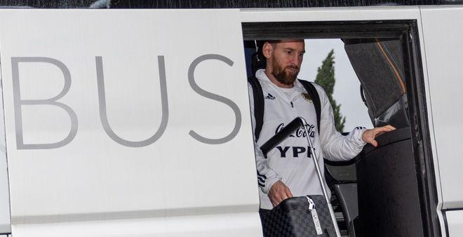 Messi se baja del colectivo en el aeropuerto de Palma de Mallorca.