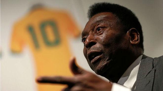 Pelé y la camiseta 10 de Brasil que tanto lo identificó.