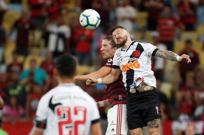 Rossi y Felipe Luis luchan por una pelota en el Flamengo-Vasco da Gama.