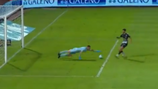 Armani logra llegar antes al balón.