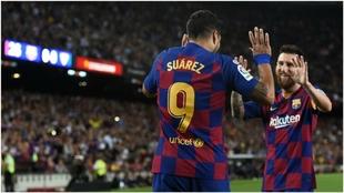Luis Suárez y Leo Messi celebrando un gol ante el Sevilla.