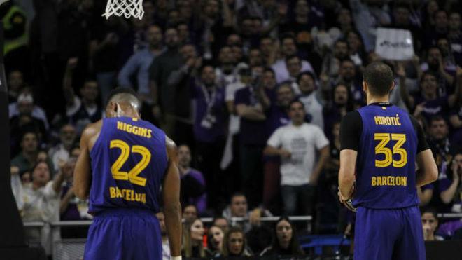Higgins y Mirotic durante el Madrid vs Barça de la Eurolig