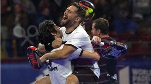 Matías Díaz, de barba, se abraza con Franco Stupaczuk después de...