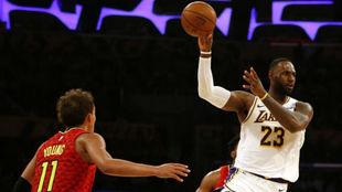 LeBron James volvió a comandar una victoria de los Lakers.