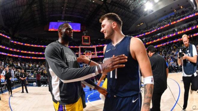 LeBron y Doncic se saludan durante un Lakers-Mavericks.