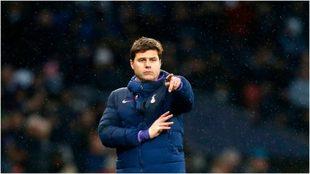Pochettino da indicaciones durante un partido del Tottenham.