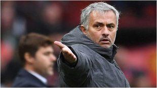 Mourinho da indicaciones con Pochettino detrás.