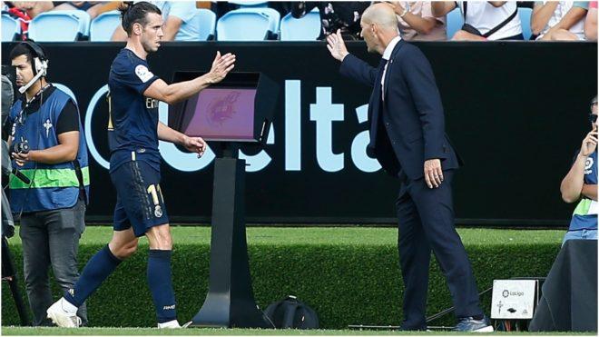 Zidane saluda a Bale durante un partido en el Santiago bernabéu.