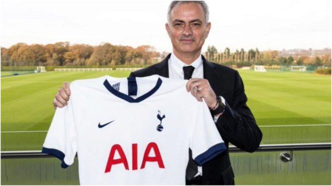 Mourinho posa con la camiseta del Tottenham.