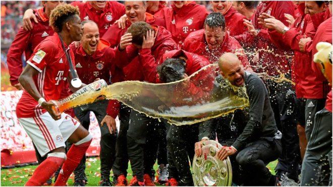 Los jugadores del Bayern bañan con cerveza a Guardiola tras una...