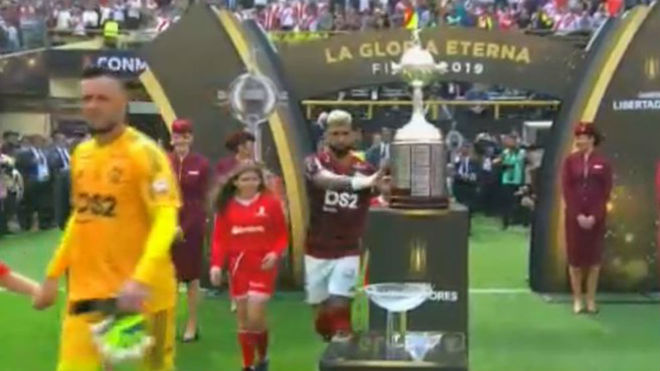 Gabigol tocando la Copa.