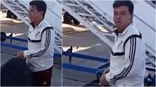 Marcelo Gallardo recibe la gastada de un trabajador del aeropuerto.