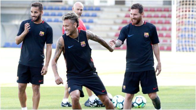 Messi y Neymar sonríen en un entrenamiento ante la presencia de...