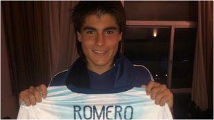 Luka Romero posa con la camiseta de Argentina.