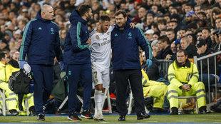 Eden Hazard se retira lesionado del encuentro frente al PSG.