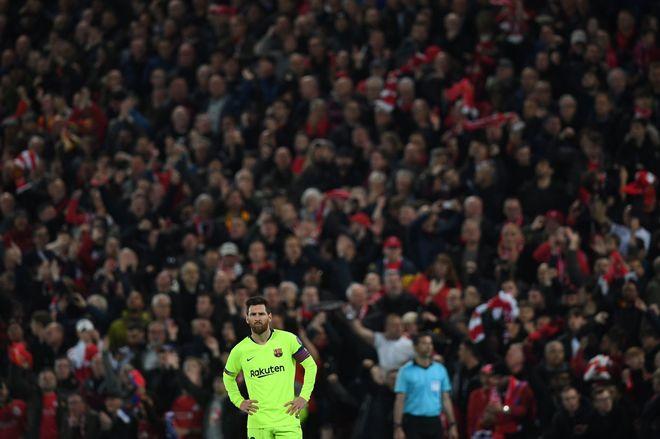 Messi en Anfield, con la hinchada del Liverpool detrás suyo.
