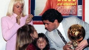 Diego Maradona y el Balón de Oro honorífico otorgado por la revista...