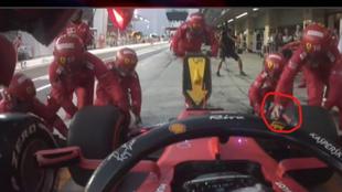 Un mecánico de Ferrari cambia la rueda de Vettel sin guantes... ¡A...