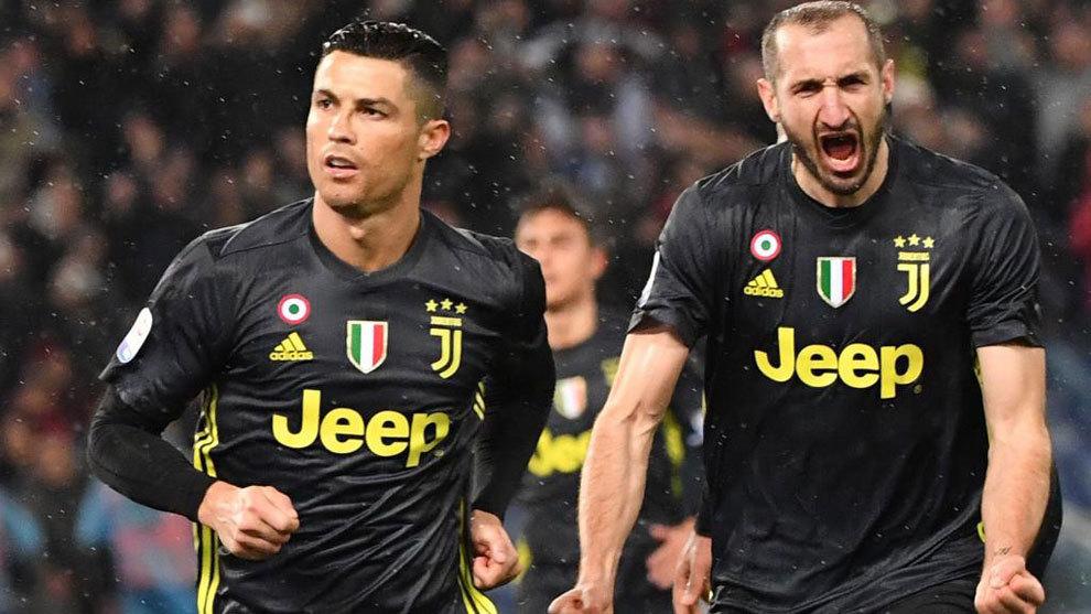 Cristiano Ronaldo y Chiellini celebran un gol de la Juventus.
