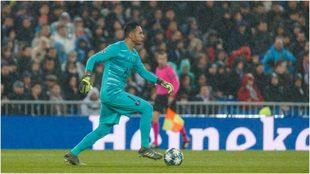 Navas conduce la pelota en el partido entre el Real Madrid y el PSG.