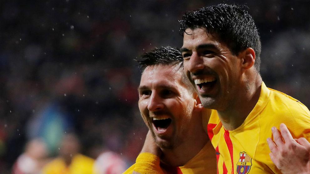 Suárez y Messi celebran el gol del triunfo ante el Atlético de...