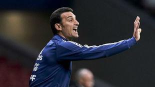 Lionel Scaloni, DT de Argentina, dando indicaciones durante un...
