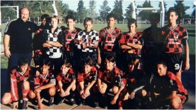 En la fila de los agachados, Messi es el tercero desde la izquierda.