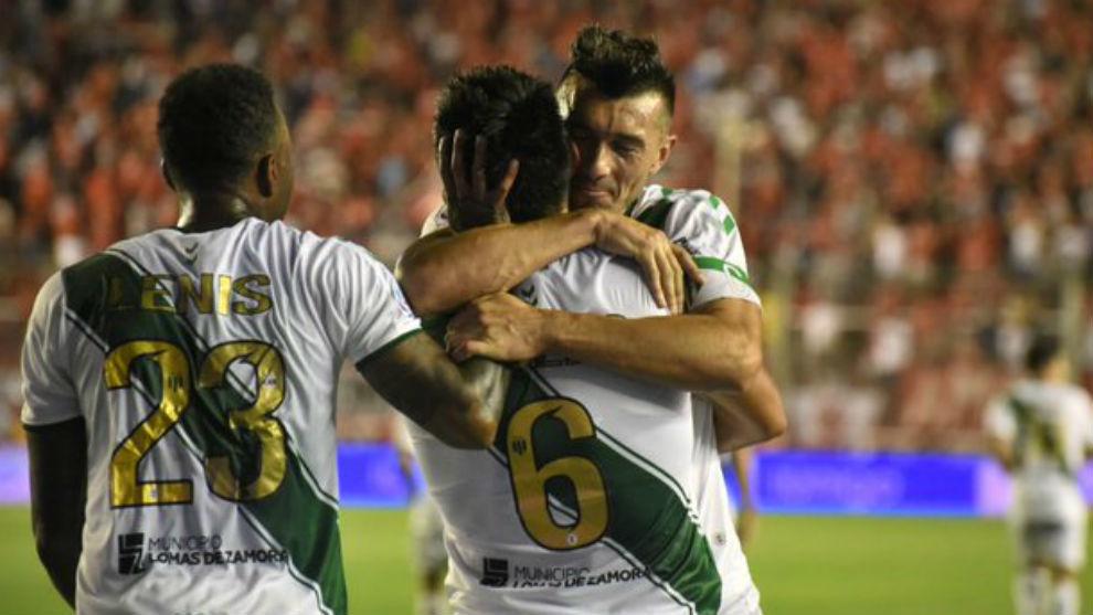 Dátolo abraza a Lollo, autor del gol.