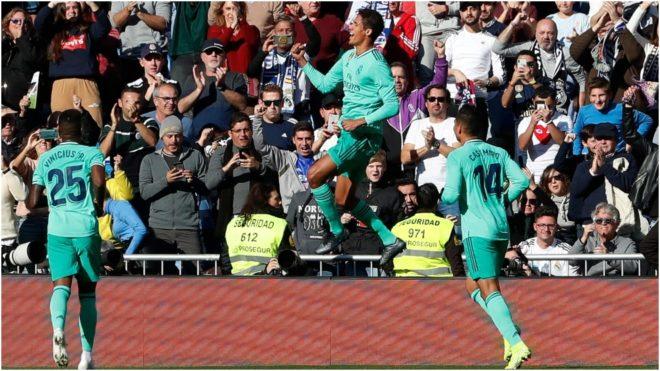 Varane festeja su gol ante la mirada de Casemiro y Vinícius.