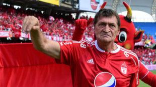 Falcioni posa con la camiseta del América en el Pascual Guerrero.