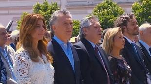 Alberto Fernández y Mauricio Macri acuden juntos a misa en actitud de...