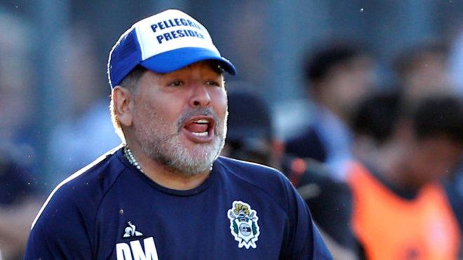 Maradona, dirigiendo a Gimnasia y Esgrima desde la banca.