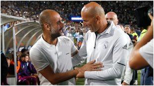 Guardiola y Zidane se saludan durante un partido amistoso.
