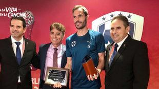 Basanta recibe el premio de la FIFA  de la mano de Bebeto.
