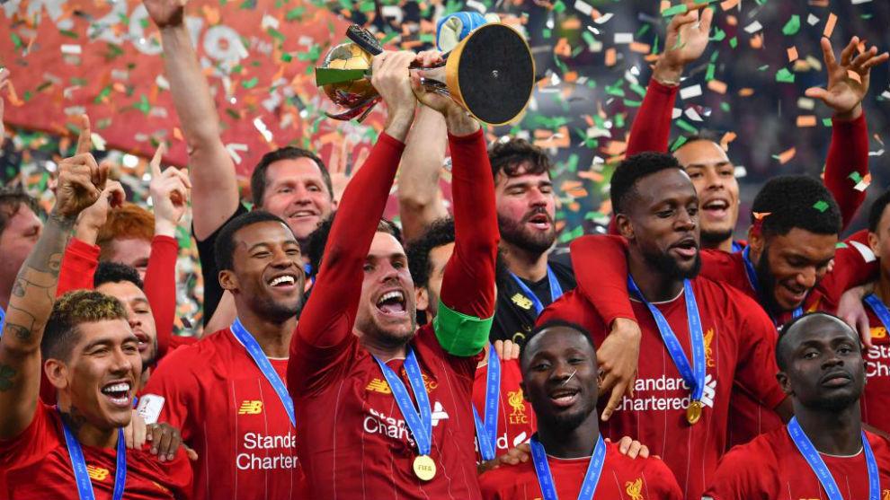 Los jugadores del Liverpool levantan el trofeo que les corona reyes...