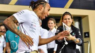 Hamilton celebra su victoria en la última cita de Abu Dabi AFP