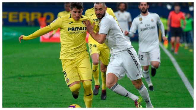Cáseres y Benzema disputan una pelota en un Villarreal-Real Madrid.