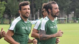 Osvaldo corre junto a Bertolo en la primera práctica con Banfield.
