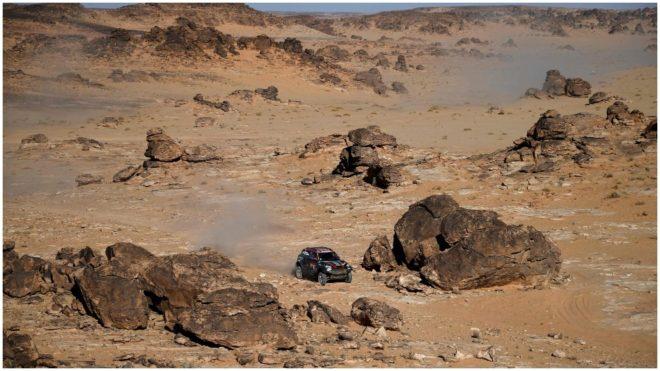 Orlando Terranova, coduciendo su coche en el desierto árabe.