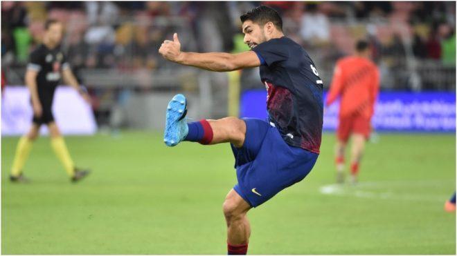 Luis Suárez levanta su rodilla derecha en un calentamiento.