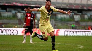 Guido Rodríguez festeja un gol con el América ante el Atlas.