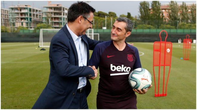 Bartomeu y Valverde se dan la mano en un entrenamiento del Barcelona.