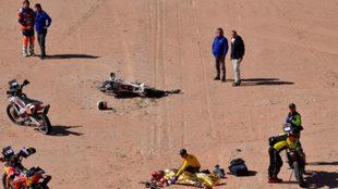Toby Price (arriba, a la izquierda) mira el cuerpo de Paulo...