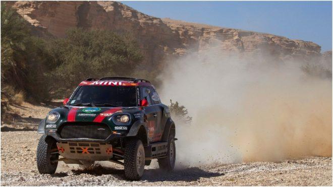Orlando Terranova conduce su auto durante la etapa entre Wadi...